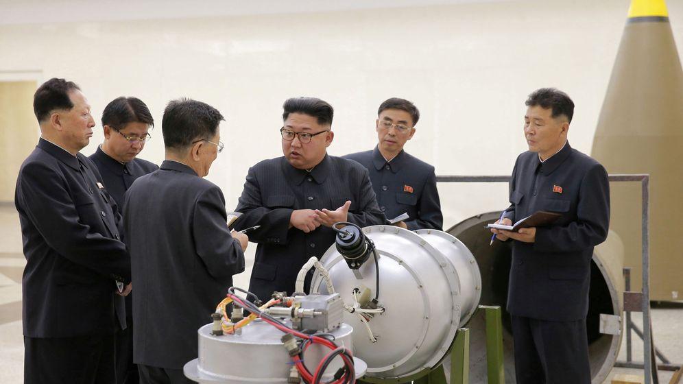 Foto: Kim Jong Un, líder norcoreano, habla con sus asesores en presencia de material militar. / Reuters
