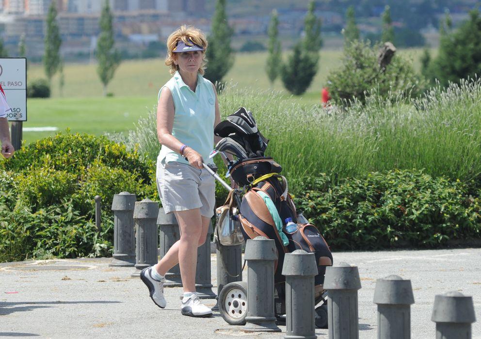 Foto: Esperanza Aguirre jugando al golf (Gtres)