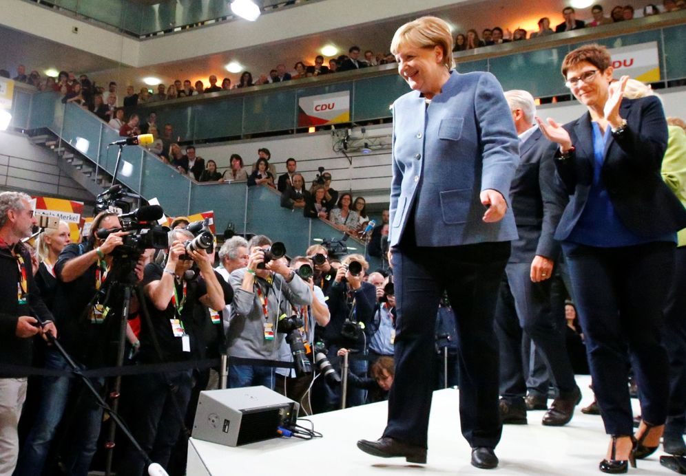 Foto: La canciller Angela Merkel, tras valorar los resultados de las elecciones en la sede de la CDU, en Berlín. (Reuters)