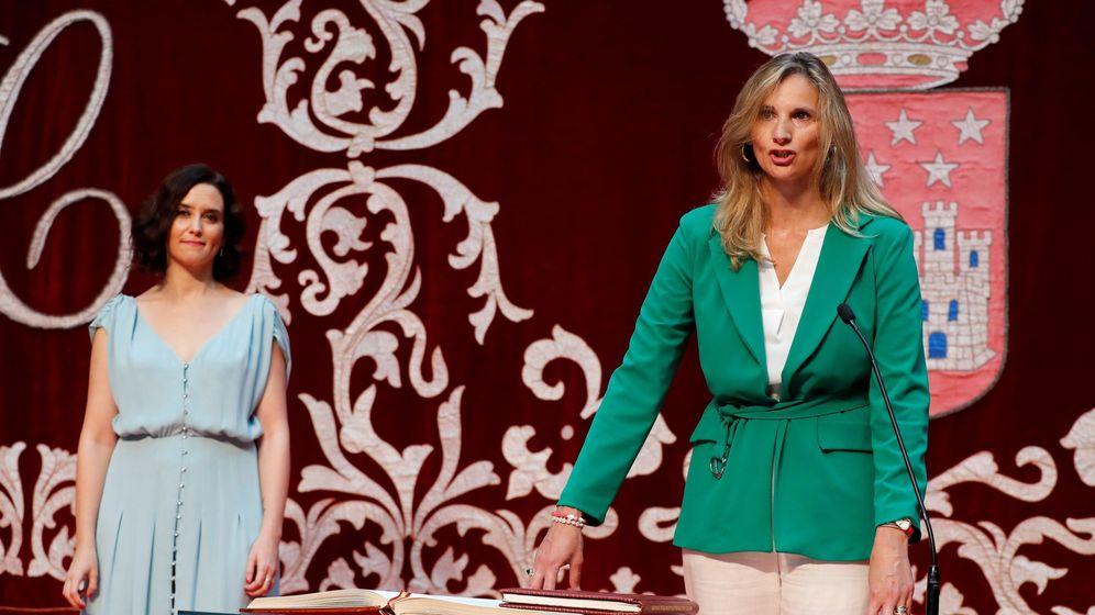 Foto: La presidenta de la Comunidad de Madrid, Isabel Díaz Ayuso (izquierda), con Paloma Martín, la nueva consejera de Medio Ambiente, en la que recae la presidencia del Canal.