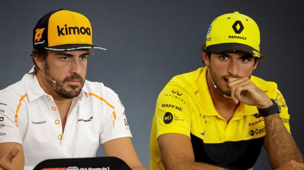 Foto: Fernando Alonso y Carlos Sainz en la comparecencia de prensa del Gran Premio de Bélgica. (Efe)