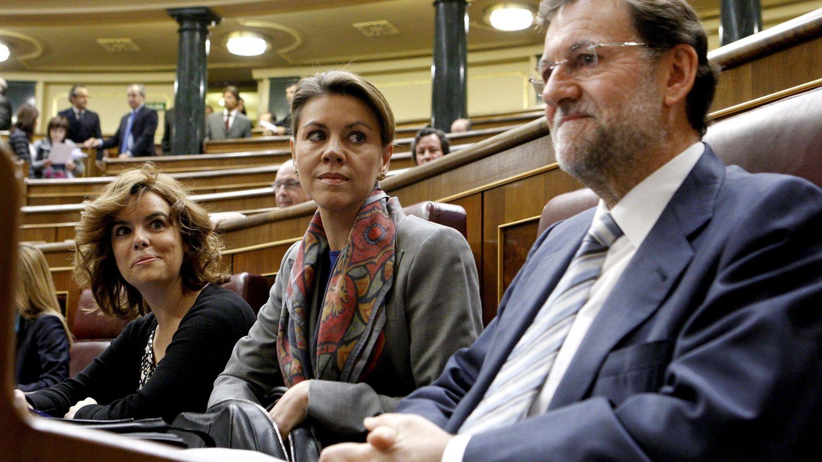 Foto: Soraya Sáenz de Santamaría, María Dolores de Cospedal y Mariano Rajoy en el Congreso de los diputados (EFE)