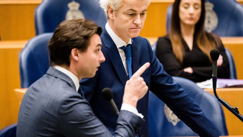 Baudet (i) y Wilders participan en un debate parlamentario sobre la respuesta a la crisis sanitaria.