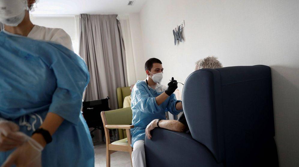 Foto: Cuidadores atienden a los ancianos alojados en la residencia en Madrid. (EFE)