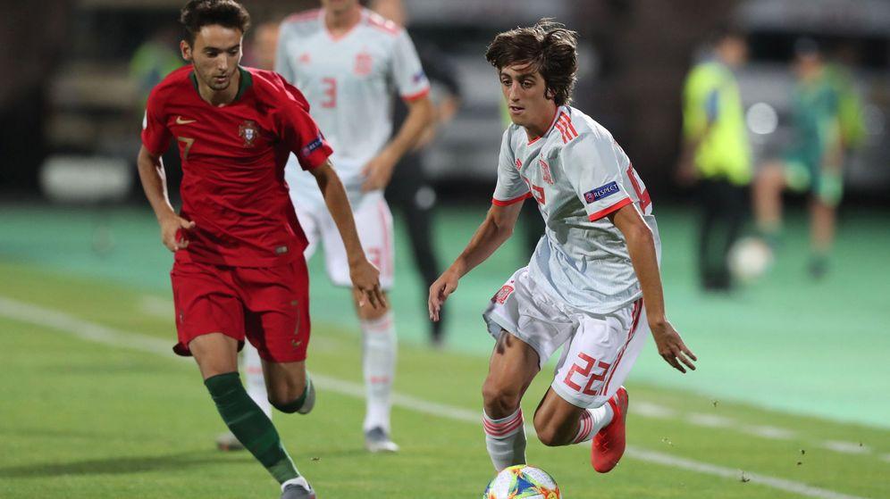 Foto: Bryan Gil (d) durante la final de la Eurocopa sub-19 que España ganó a Portugal. (EFE)