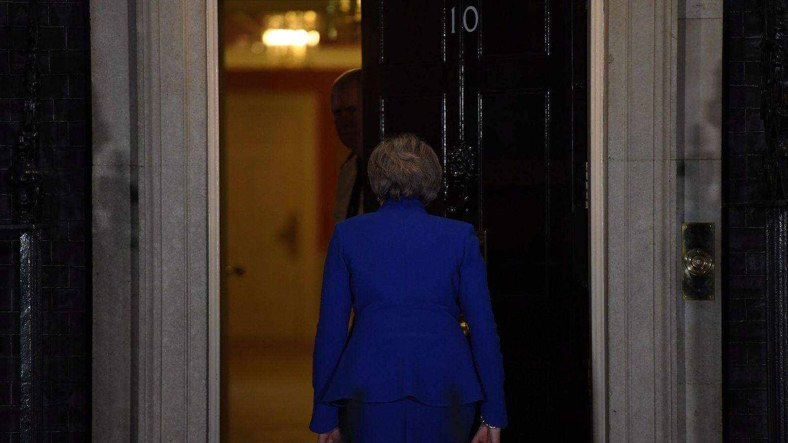 Foto: La primera ministra británica, la conservadora Theresa May, entra en su residencia oficial de Downing Street tras ofrecer una comparecencia. (EFE)