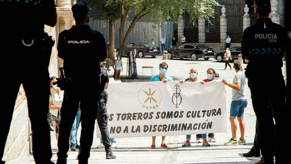 Foto: Una veintena de personas del mundo taurino recibe a la ministra de Trabajo en Toledo. (EP)