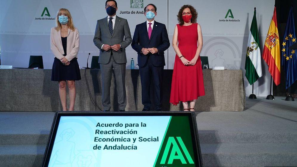 Foto: El presidente de la Junta de Andalucía, Juanma Moreno y los agentes sociales que han firmado el acuerdo. (Cedida)