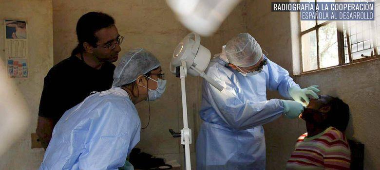 Foto: Trabajadores de Médicos del Mundo pasan consulta en Kenia