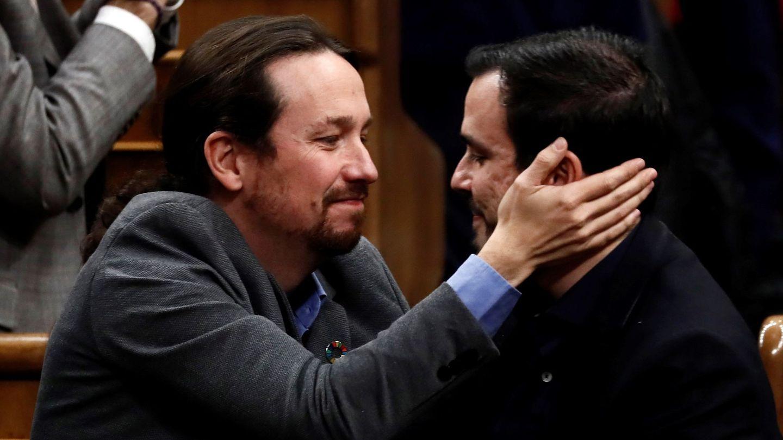 Pablo Iglesias (i) se abraza con el líder de Izquierda Unida, Alberto Garzón. (EFE)