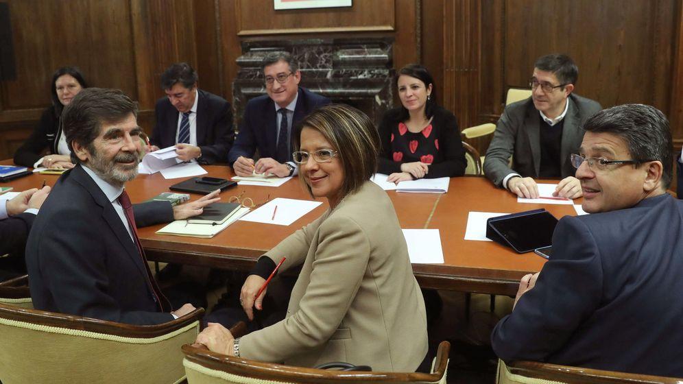 Foto: Los diputados del PSOE José Enrique Serrano y Sofía Hernánz y del PP Juan José Matarí, durante la reunión de la comisión para el evaluación y la modernización del Estado autonómico. (EFE)