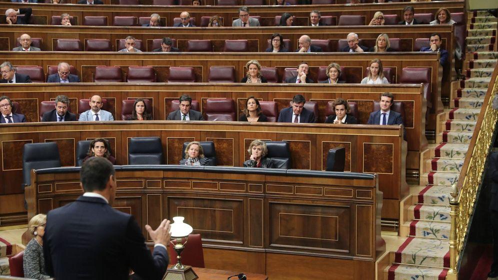 Foto: El presidente del Gobierno, Pedro Sánchez, se dirige al presidente del Partido Popular, Pablo Casado, durante su intervención en la sesión de control al Ejecutivo. (EFE)