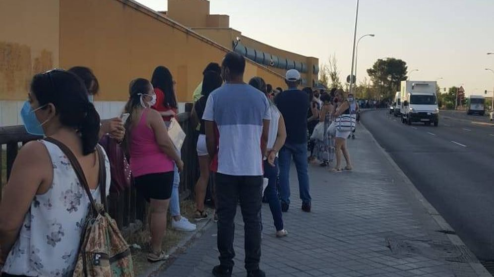Foto: Colas frente a la comisaría de Aluche por los trámites de extranjería.
