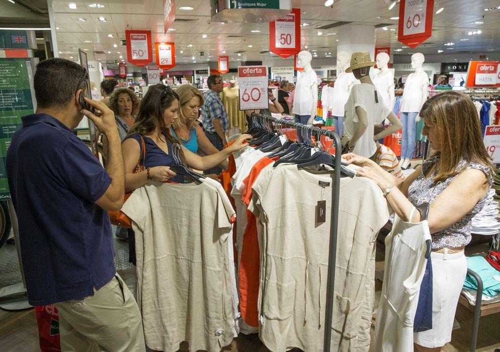 Foto: Clientes comprando en un centro comercial (EFE)