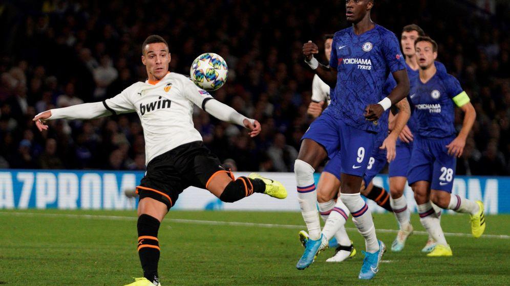 Foto: Rodrigo ante el Chelsea. (EFE)