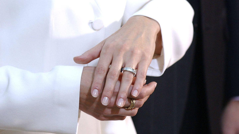 Letizia, mostrando su anillo de pedida a la prensa en 2003. (Getty)