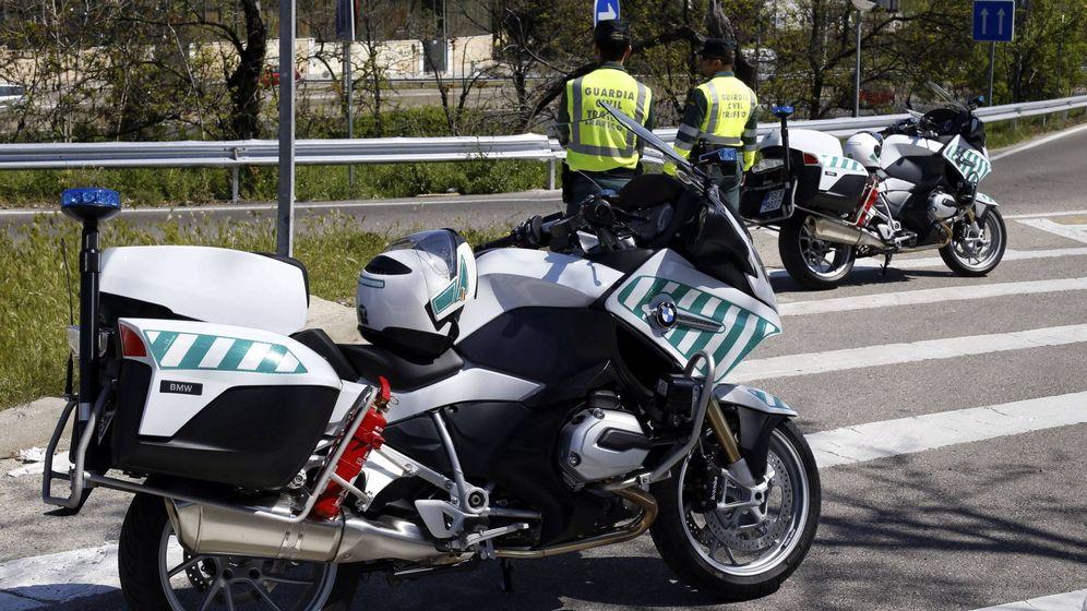 Foto: Agentes de la Agrupación de Tráfico de la Guardia Civil, vigilando la circulación.