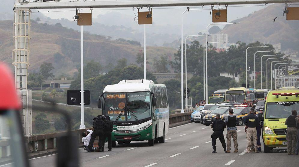 Foto: Rehenes en un autobús durante un secuestro en Río de Janeiro (EFE)