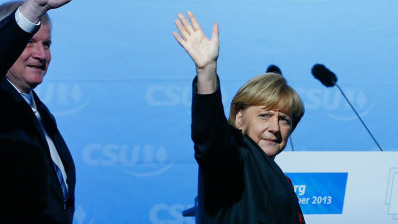 La canciller alemana Angela Merkel se despide tras un mitin en Augsburgo (Reuters).