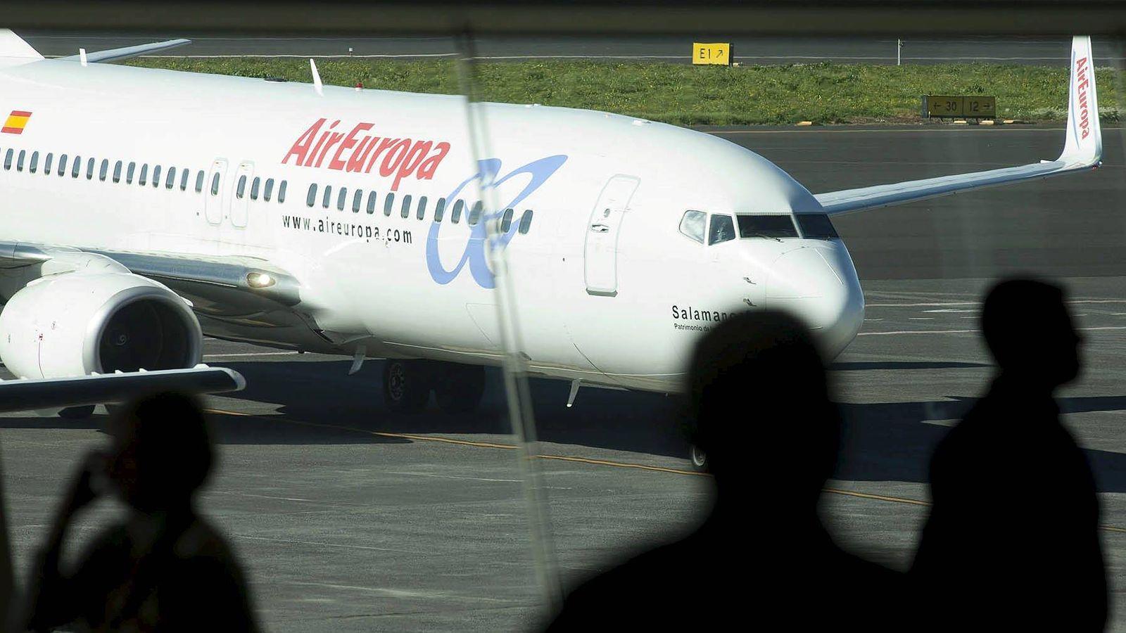 Foto: Un avión de Air Europa rueda por la plataforma del aeropuerto de Tenerife Norte. (EFE)