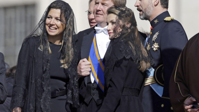 Foto: Máxima junto a su marido y los Reyes de España en El Vaticano (Gtres)