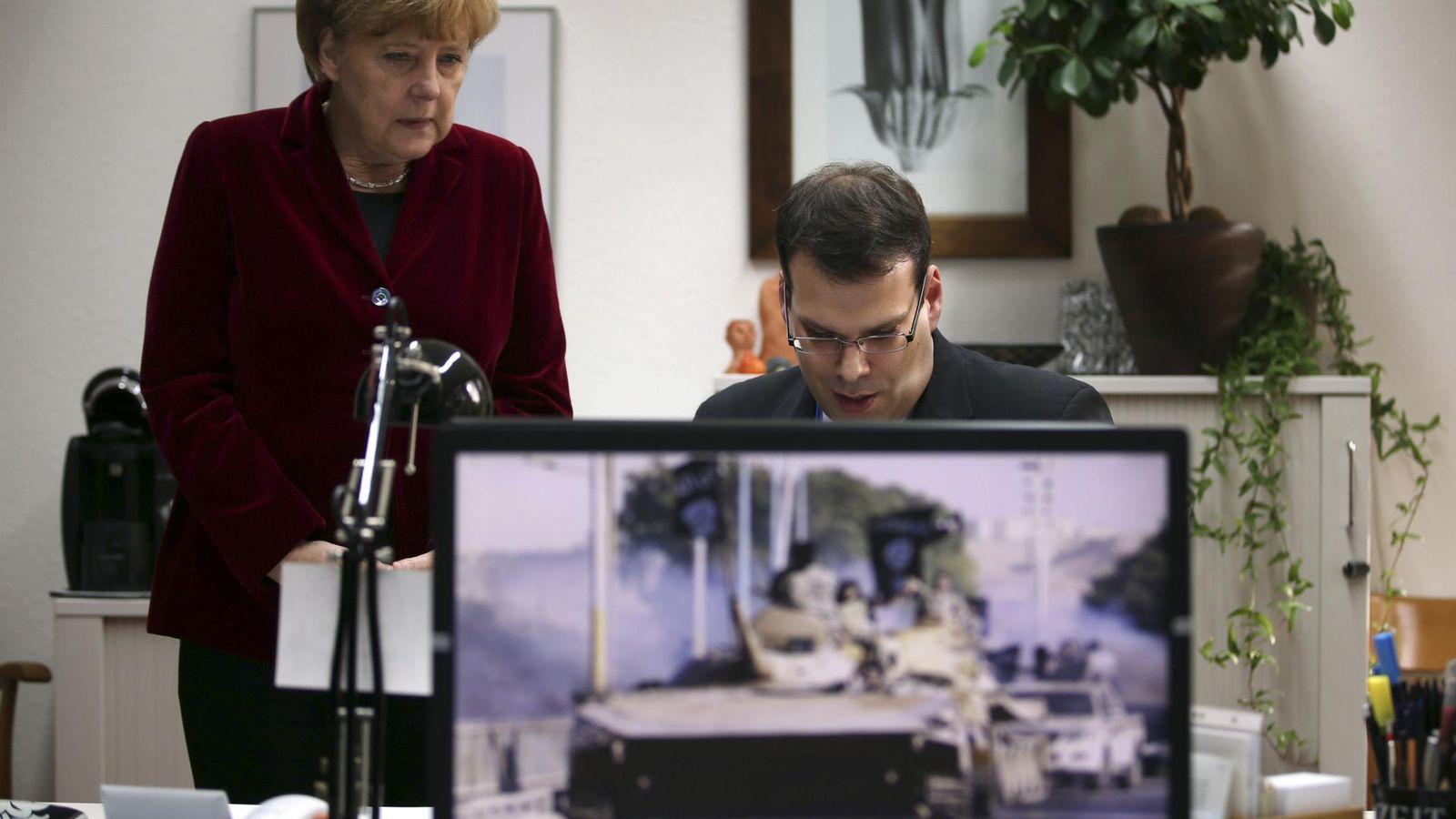 Foto: La canciller Merkel observa el trabajo de un agente del BfV, los servicios secretos internos alemanes, en su cuartel general en Colonia, en octubre de 2014. (Reuters)