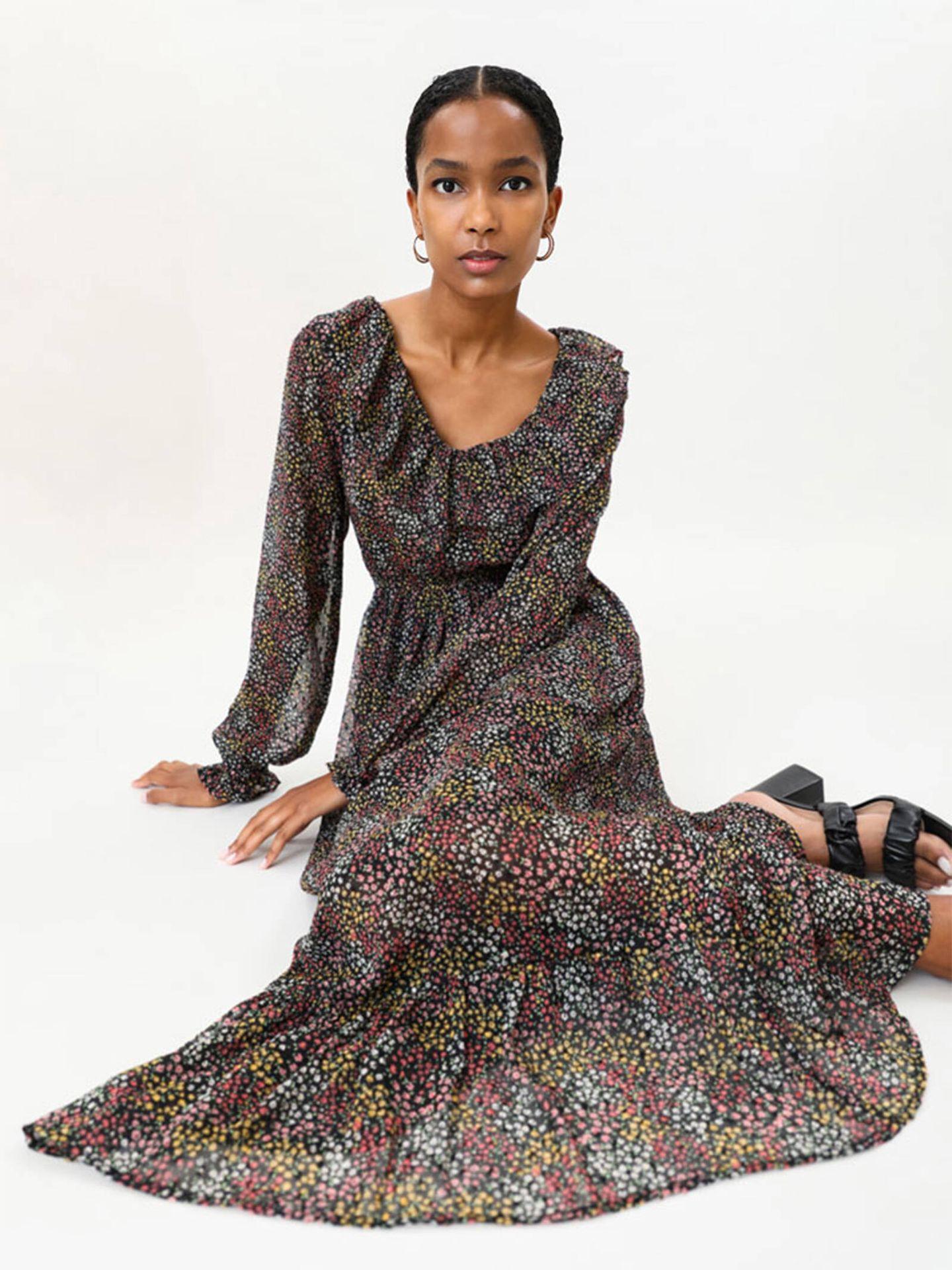 Uno de los vestidos de flores que Lefties tiene en su catálogo perfectos para el entretiempo. (Cortesía)