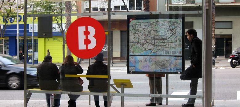 Foto: Ciudadanos esperan un autobús en Barcelona (EP)