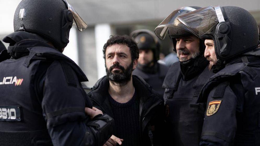 Foto: Imagen de Rodrigo Sorogoyen durante el rodaje de 'Antidisturbios' (Movistar)