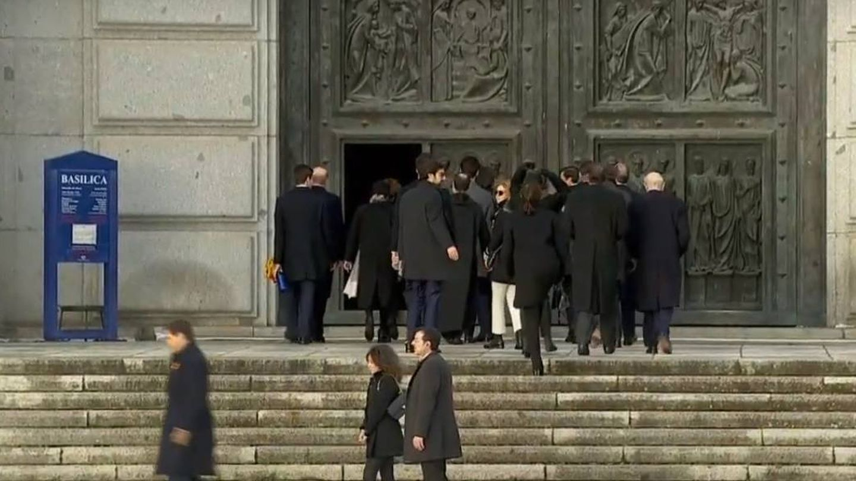 La familia Franco accede al interior de la basílica. (EFE)