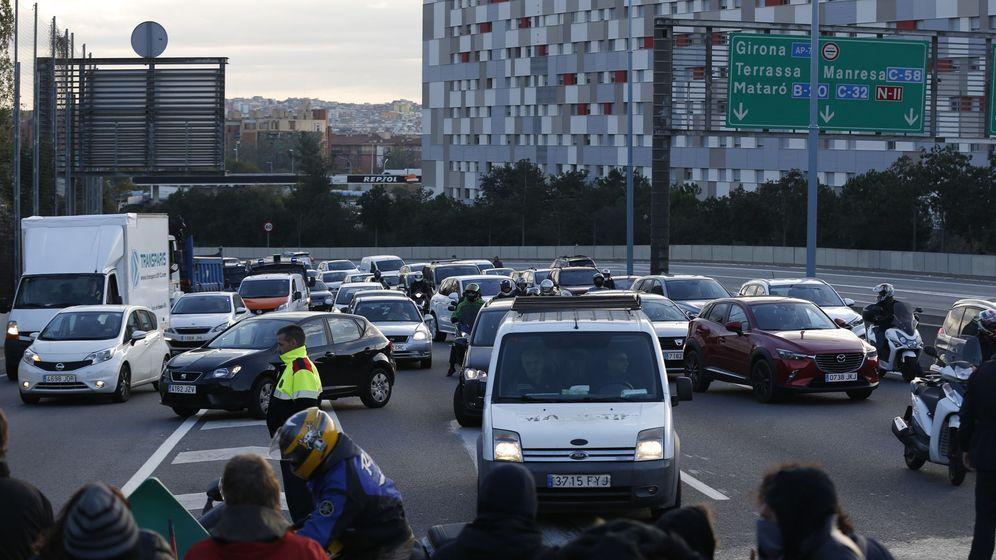Foto: Manifestantes cortan puntos de la ronda de Barcelona y Línea del Vallès (EFE)