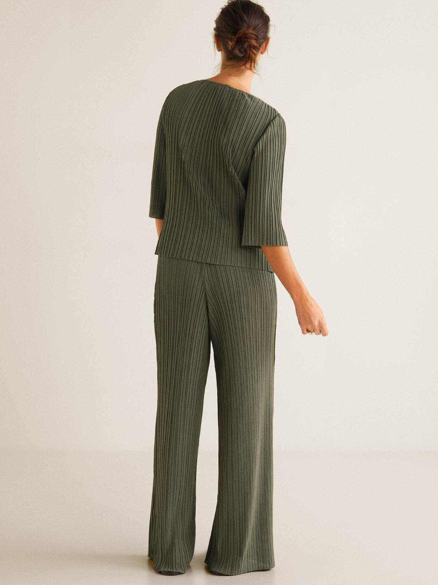 Pantalón y blusa pijamera de Mango Outlet. (Cortesía)