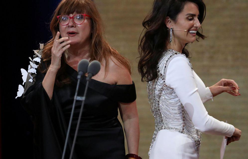 Foto: Isabel Coixet recibe el Goya a la mejor película de manos de Penélope Cruz. (Reuters)