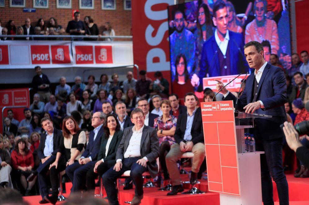 Foto: Pedro Sánchez, el pasado 10 de noviembre en Fuenlabrada. Al fondo, barones y candidatos autonómicos socialistas. (EFE)