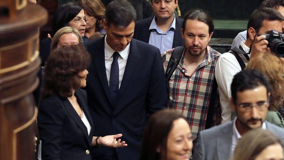 Foto: hez, acompañado de la vicepresidenta, Carmen Calvo y el líder de Podemos, Pablo Iglesias, a su llegada al Congreso para asistir a la sesión de control al Ejecutivo. (EFE)