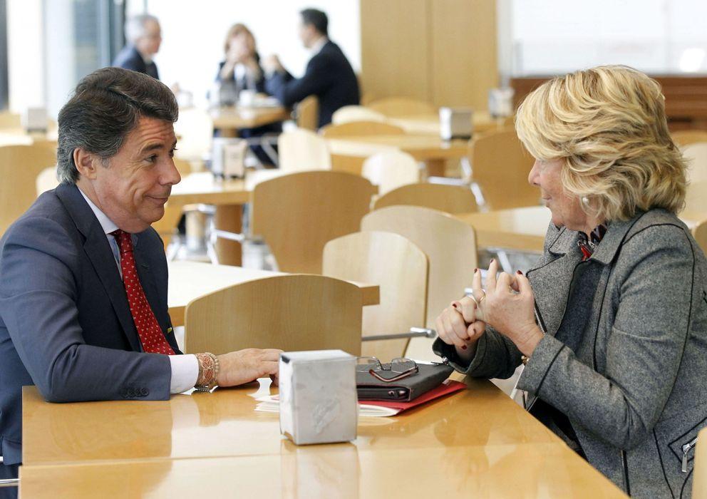 Foto: El presidente de la Comunidad, Ignacio González, y la presidenta del PP de Madrid, Esperanza Aguirre, en la cafetería. (EFE)