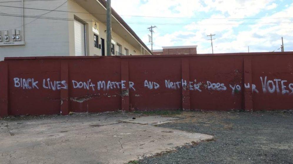 Foto: Mensaje que ha aparecido en una pared de Carolina del Norte: La vida de los negros no importan, tampoco sus votos. (Twitter)