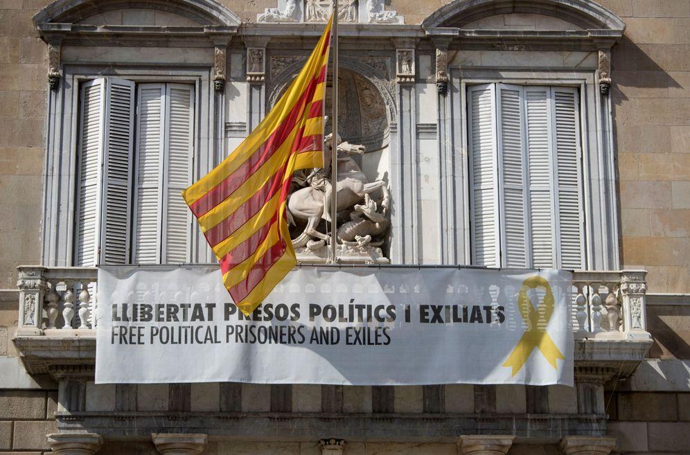 Foto: Los lazos amarillos continuaban luciendo en la fachada del Palau de la Generalitat, el pasado 12 de marzo. (EFE)