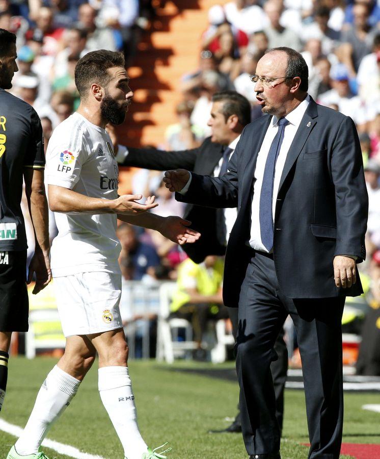 Foto: Rafa Benítez, con Carvajal, en el partido del Real Madrid ante el Granada (Efe)