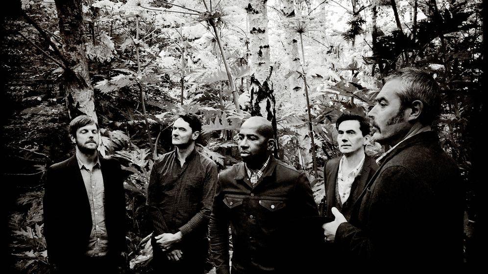 Foto: Stuart Staples, el primero por la derecha, junto al resto de miembros del grupo Tindersticks