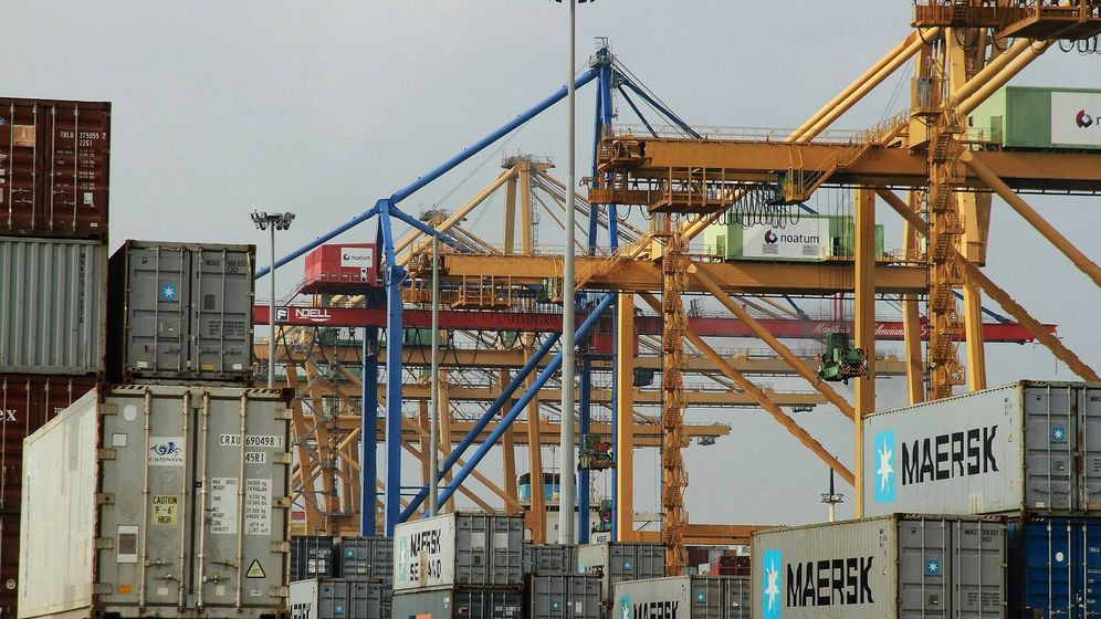 Foto: Contenedores en el puerto de Valencia, el más afectado por los paros encubiertos.