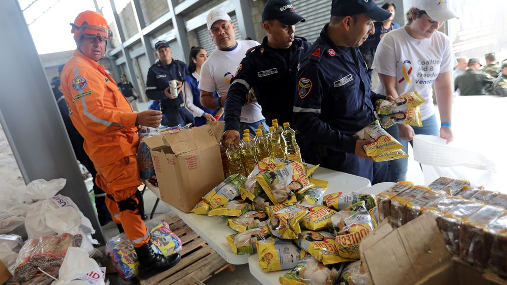 Foto: Personal colombiano organiza la ayuda humanitaria almacenada en un almacén en Tienditas, cerca de la frontera con Venezuela, el 8 de febrero de 2019. (Reuters)