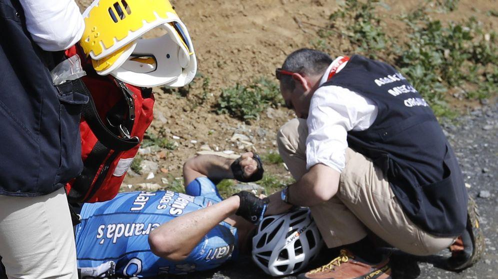 Foto: Goolaers es atendido en una cuneta de la Paris-Roubaix. (Reuters)