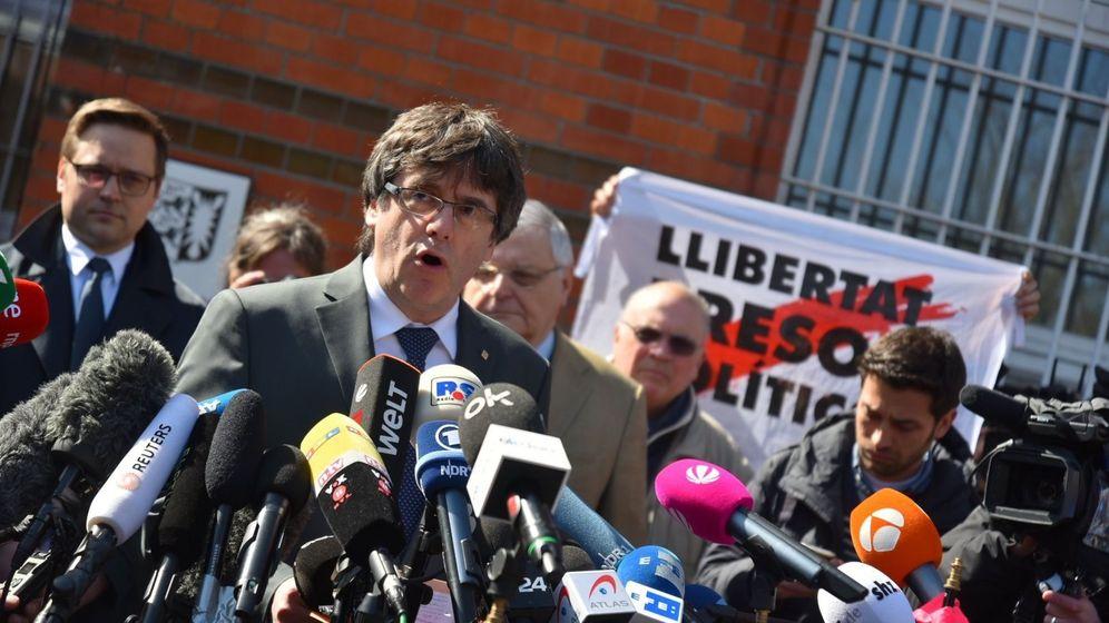 Foto: El expresidente de la Generalitat de Cataluña Carles Puigdemont se dirige a los medios tras abandonar la cárcel de Neumünster. (EFE)