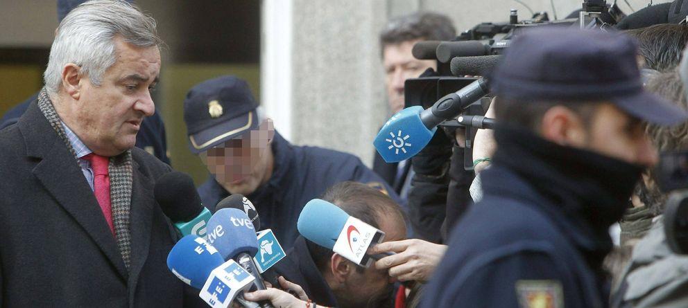 Foto: El abogado Ignacio Peláez  atiende a los periodistas en la puerta del Tribunal Supremo. (EFE)