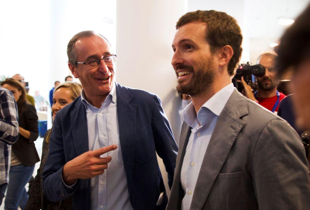 Foto: Alfonso Alonso y Pablo Casado en la convención del PP vasco de Vitoria. (EFE)