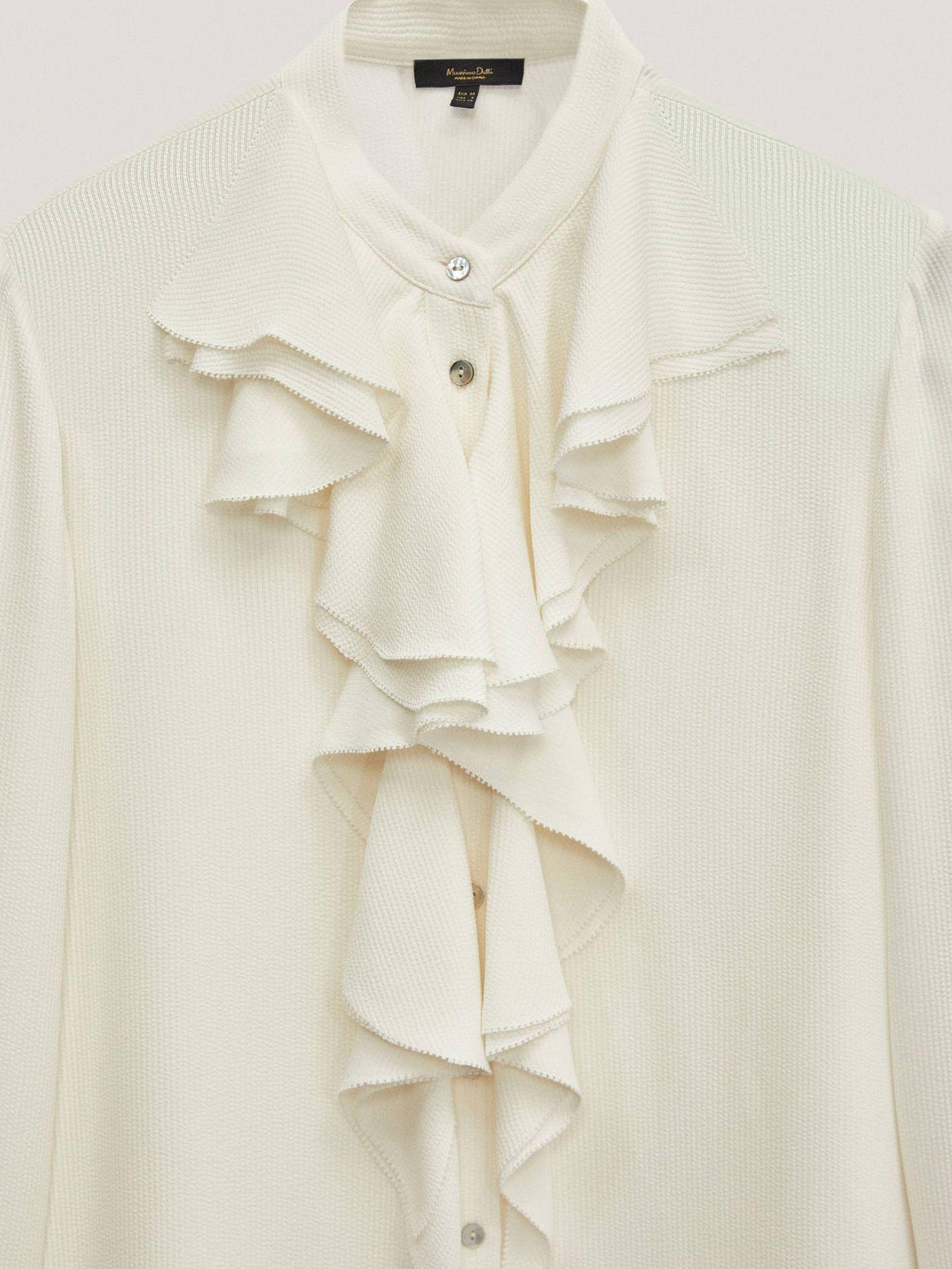 Camisa blanca de corte romántico de Massimo Dutti. (Cortesía)