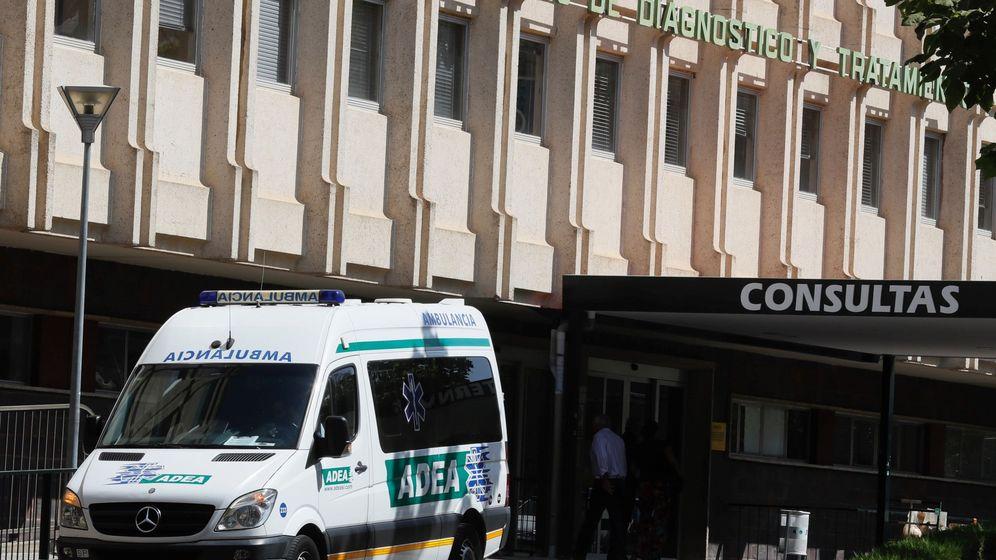 Foto: Hospital Virgen del Rocío de Sevilla donde permanecen ingresados en la UCI tres de los nuevos 29 hospitalizados en las últimas veinticuatro horas (EFE)