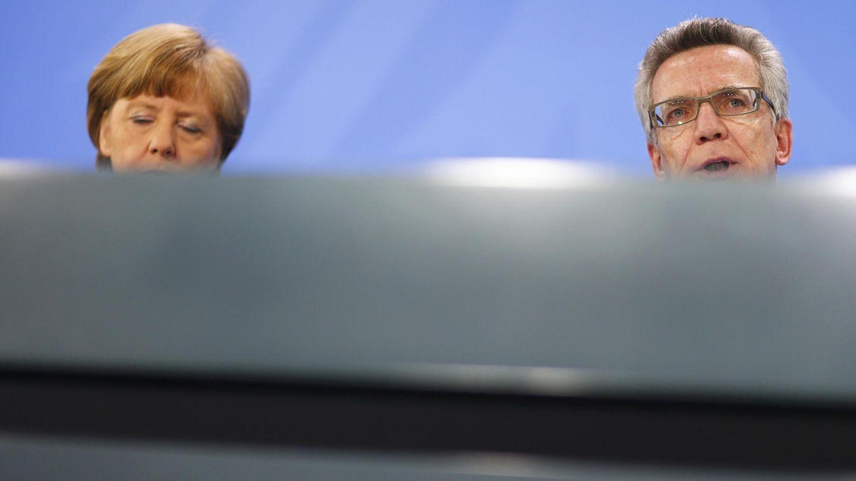 Merkel junto al ministro del Interior en rueda de prensa tras una reunión en la Cancillería (Reuters).