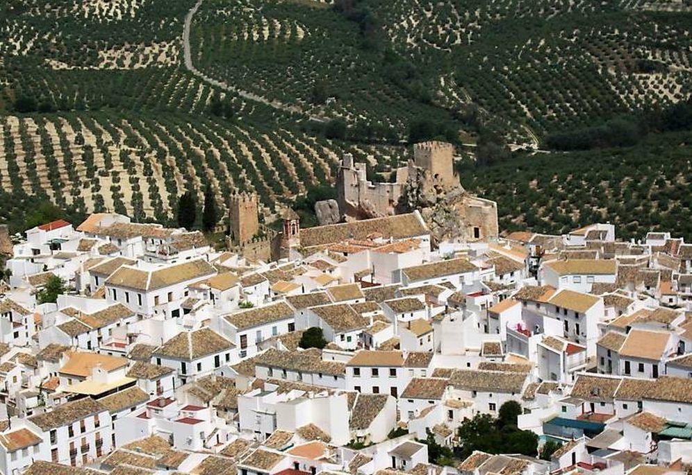 Foto: Zuheros es un pueblo blanco con castillo y entre olivares. (Turismo Ayuntamiento Zuheros)
